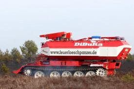 Der Feuerlöschpanzer der DiBuKa GmbH überwacht den Feuereinsatz auf den munitionsbelasteten Heideflächen.